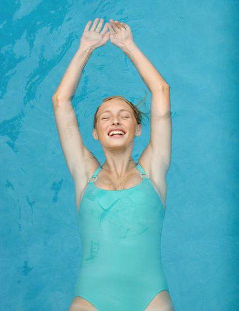 """<p>Aunque tienen más de 100 actividades dirigidas a la semana para ponerte en forma (zumba, body pump, aquafit, spinning, yoga…) <strong>lo que te enganchará de los clubes <a href=""""http://www.holmesplace.es/"""" target=""""_blank"""">Holmes Place</a> en verano es su zona de aguas</strong>. Además de una espectacular piscina donde entrenar sin pasar calor, cuentan con una preciosa zona spa con jacuzzi, tumbonas, saunas... <strong>Psst. Si te apuntas este mes, agosto te saldrá gratis.</strong> Y el pack de bienvenida incluye visita guiada del club, orientación por parte de un entrenador personal y ¡un masaje de regalo!&nbsp;</p><p>&nbsp;</p>"""
