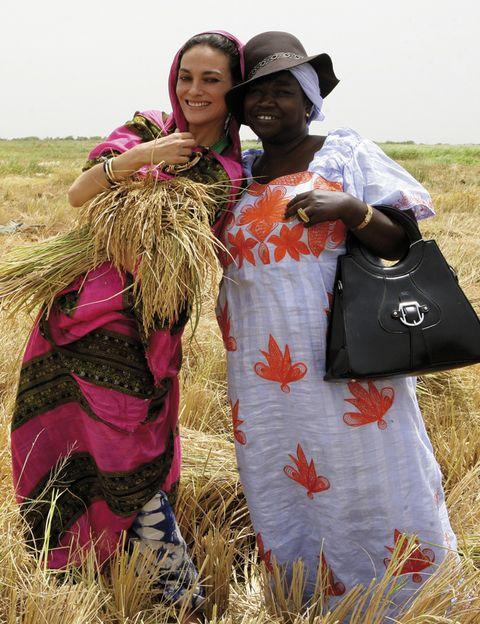 <p> <strong>¿Sabías muchas cosas de Senegal antes de llegar?</strong><br />Que es uno de los países más civilizados de este continente, con recursos culturales y democráticos. Es la primera vez que estoy aquí y siempre he pensado que viajar a un lugar desconocido es un regalo de la vida.</p><p> <strong>¿Cómo te has sentido abriéndolo?</strong><br />Ver in situ cómo se gestiona una labor de esta envergadura es un privilegio que te permite valorar todo lo que tenemos. Me ha impactado mucho la calidez de la gente, que no siente recelo del europeo. Conozco mucho Sudáfrica y aquello es más duro. En Senegal todo el mundo te mira con una sonrisa. A eso se añade la suerte de ir de la mano de un proyecto solidario, algo que te permite llenarte de la gratitud infinita de cada una de las personas que nos esperan. Es una experiencia muy fuerte sentir ese agradecimiento.</p><p> <strong>¿Qué cosas te han sorprendido?</strong><br />Me ha asombrado lo cerca y al mismo tiempo lo lejos que estamos de ellos. ¡Aquí las personas tienen una vitalidad brutal! Da la sensación de que aman la vida más que nosotros. Quizás por la precariedad en la que se encuentran, pero también porque son mucho más puros, están menos contaminados. En los países occidentales, en general, crecemos con un individualismo y con un recelo que nos impide compartir nuestra existencia como lo hacen ellos. </p>
