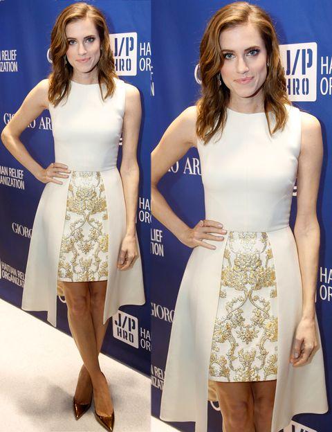 <p>Hemos tenido un flechazo con este vestido blanco sin mangas con falda brocada en oro y dos paneles laterales de <strong>Osman Otoño 2013 </strong>que luce<strong>&nbsp;Allison Williams</strong>. Perfecto el detalle de los salones metalizados. &nbsp;</p>