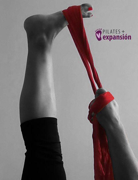 """<p>Como su propia creadora, <a href=""""http://www.soniacampra.com/"""" target=""""_blank"""">Sonia Campra</a>, explica a Elle.es, <strong>Pilates + Expansión es una revisión del tradicional método Pilates</strong>. """"Una nueva visión que agrega ajustes musculares muy concretos que evitan los aumentos de presión que se generan dentro de tu organismo cuando realizas esfuerzos"""", dice. """"Pilates + Expansión <strong>trata de reducir al máximo el aumento de presión intraabdominal</strong> que se produce al realizar las secuencias de ejercicios del método Pilates original"""", añade. Esta experta, instructora de Pilates, de Gyrokinesis, de <strong>Anatomía para el Movimiento, experta en Gimnasia Hipopresiva, especializada en inteligencia corporal </strong>y entrenamientos aplicados a la corrección postural. Creadora de<strong></strong>Masaje aplicado al Movimiento y un largo etcétera de disciplinas y terapias nos explica detalladamente este revolucionario método, las innovaciones que supone y los beneficios que conlleva.</p><p></p>"""