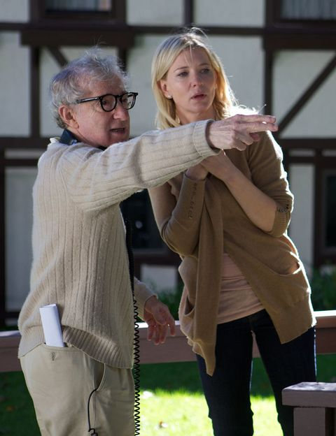 <p>Lo nuevo de Woody Allen se llama <strong>Blue Jasmine</strong> y llega a nuestras pantallas perecedido de una buena colección de piropos. Protagonizada esta vez por Cate Blanchett, la peli cuenta la historia de una mujer que tiene que mudarse de Nueva York al apartamento de su hermana en San Francisco, tras quedarse sin un centavo después de que su marido sea detenido por estafa. Para muchos críticos estamos ante lo mejor de Woody Allen en los últimos años.</p>