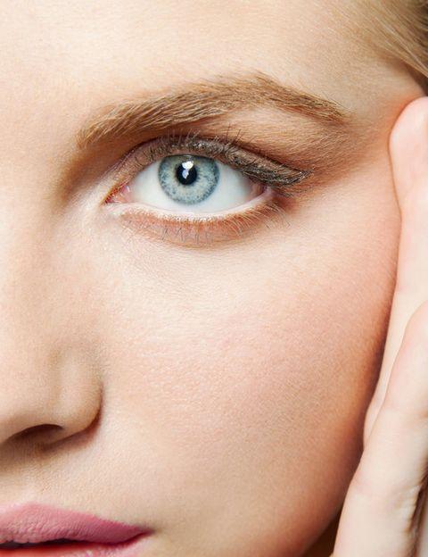 """<p>Según <strong>Marta Gamarra</strong>, directora de formación de <a href=""""https://www.eyeko.com/"""" target=""""_blank"""">Eyeko</a>, debemos seguir estos consejos para definir las cejas antes de maquillarlas:</p><p>&nbsp;1. Colocamos el lápiz sobre el arco de cupido del labio y lo dirigimos hacia la parte externa de la aleta de la nariz. A su paso por la ceja, <strong>el lápiz marcará el comienzo de la misma</strong>.&nbsp;</p><p>2. Para marcar el <strong>segundo punto clave</strong> en el recorrido de la ceja, mantenemos la mirada hacia el frente y colocamos el lápiz en paralelo al iris para descubrir cuál debería ser <strong>el punto más alto de la ceja</strong>.&nbsp;&nbsp;&nbsp;&nbsp;</p><p>3. Por último, para ubicar <strong>el punto en el que debería de finalizar la ceja</strong>, unimos mediante el lápiz la comisura del labio con el final del ojo. Como resultado obtenemos el punto exacto.&nbsp;&nbsp;</p><p>Después de marcar todos los puntos debemos depilar el exceso de pelo y proceder a maquillarlas.</p>"""