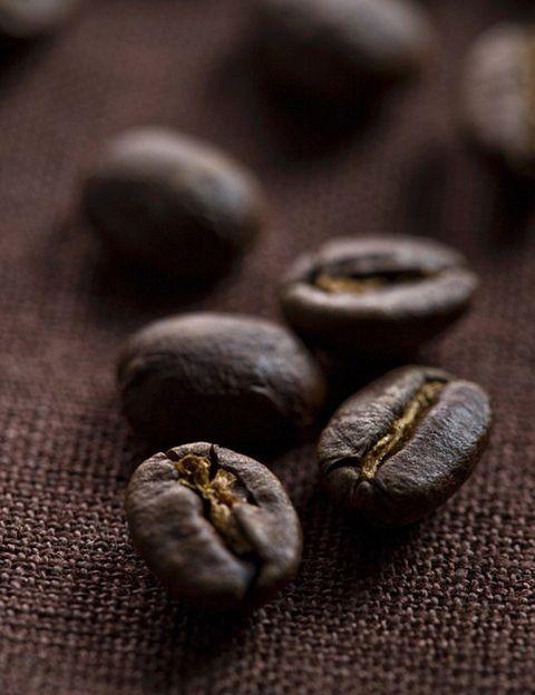 <p>Aunque <strong>el origen de esta milenaria bebida se encuentra en Etiopía y la península arábiga</strong>, es la segunda después del agua más consumida en todo el mundo. Entre las aproximadamente 60 especies existentes de café, Arábica y Robusta son las que se utilizan para fines comerciales. <strong>Robusta, que se cultiva a baja altitud</strong>, se encuentra principalmente en Vietnam, Brasil e Indonesia. Se caracteriza por una nota fuerte, cuerpo fuerte y muy poca acidez. <strong>Arábica crece a mayor altitud e incluye variedades como Bourbon, Tipica</strong>, Caturra, Catuai, Catimor, Mundo Novo o Colombia. Se caracteriza por su fino aroma, menos cuerpo y agradable acidez. Brasil, Colombia, Etiopía, América Central, México, India y África oriental se encuentran sus productores más conocidos. <strong>Psst. Pueden pasar hasta cuatro años para que un árbol dé café.</strong>&nbsp&#x3B;</p><p>&nbsp&#x3B;</p>