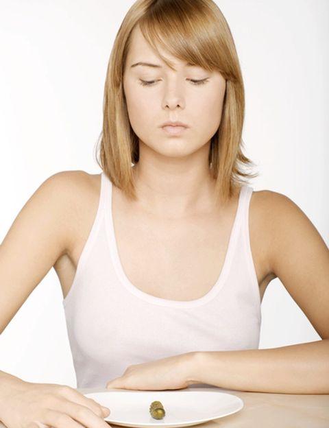 """<p>Otro mito que debes desterrar, no sólo porque <strong>no es necesario dejar de comer para perder peso</strong> sino porque perjudica tu salud, ralentiza tu metabolismo y, seguramente, te producirá el efecto contrario. Como dice Domingo Sánchez en su libro <i>""""Mujer en forma. El reto""""</i>, no sólo no debes saltarte comidas sino <strong>comer antes de tener hambre</strong>, esto es, al menos cada tres o cuatro horas. Esto te mantendrá estable el IC (índice glucémico), te evitará atracones, hará que tu metabolismo siempre esté activo y te asegurará todos los nutrientes que necesitas. <strong>El truco.</strong> Que tu picoteo entre horas sea sano, tu desayuno abundante, la comida suficiente y la cena ligera. Según los expertos de Pronaf no sólo cada día sino cada semana tiene que aportarte la cantidad necesaria de proteínas, hidratos, vegetales o grasas saludables.&nbsp;</p><p>&nbsp;</p>"""