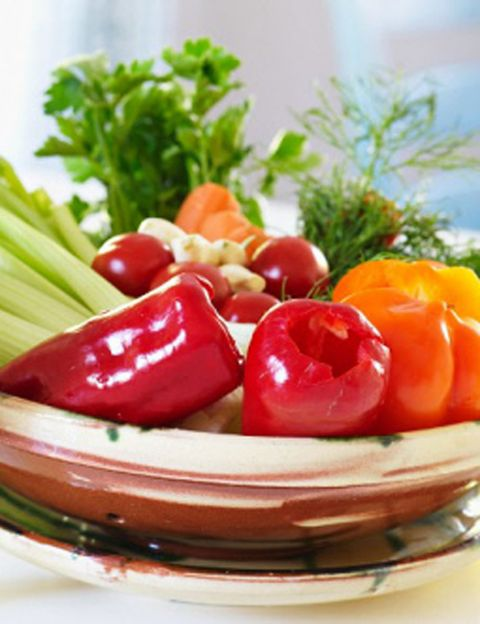 """<p>¿Qué tiene en común comer crudo con ser vegetariano? """"Bajo mi punto de vista -dice Irene Bueno-, <strong>el vegetarianismo real y original es en realidad crudo-vegetarianismo</strong>, es decir, la base de la pirámide de un vegetariano debería ser revisada y sustituida por una buena cantidad de alimentos vegetales crudos y de paso <strong>eliminamos supuestos alimentos vegetarianos como el azúcar, la sal, los huevos, los lácteos, el gluten</strong>, la soja, los fritos, los refinados, los industriales... que son de todo, menos naturales y saludables"""". &nbsp&#x3B;</p><p>&nbsp&#x3B;</p>"""