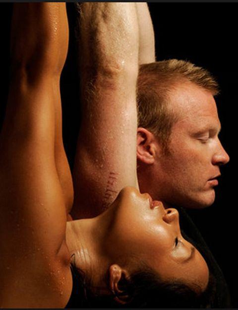"""<p>Como explica Pepa melga, """"<strong>Body Art se basa en una cuidada selección de ejercicios y posturas</strong>, eliminando modelos incorrectos de movimiento"""". Los ejercicios se ejecutan de manera consciente y combinados con la respiración y la concentración. """"Body Art no está dirigido a músculos concretos, <strong>se trabaja la globalidad, todos los ejercicios y posturas implican a todo el cuerpo</strong>, muchas posturas se basan en el equilibrio y la atención va dirigida al centro del cuerpo"""", dice. """"Durante la práctica, la persona se mantiene centrada sin distracciones del entorno, <strong>se asegura una correcta respiración, oxigenando el cerebro y los músculos, lo que ayuda a relajarse</strong> durante el entrenamiento"""", explica. """"En función del nivel de los participantes y de la intensidad del trabajo, una secuencia de ejercicios puede repetirse o variarse"""", añade.</p><p>&nbsp;</p>"""