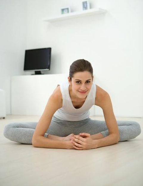 """<p>Si es así, tanto tu recuperación como <strong>tu vuelta al entrenamiento serán más rápidas</strong> y fáciles. Si eras una mujer sedentaria, cuidado, no te pongas tan rápido las zapatillas de deporte, lee primero los consejos de Domingo Sánchez, experto en fitness y autor de <a href=""""http://www.prowellness.es/prow/"""" target=""""_blank""""><i>""""Mujer en forma, el reto""""</i></a>. En su libro dedica todo un capítulo al <strong>ejercicio post parto, ¡totalmente necesario!</strong> y una terapia muy útil no sólo para volver a tu silueta sino para prevenir y combatir la depresión post parto. Entre sus recomendaciones, que tu vuelta al ejercicio sea <strong>gradual y progresiva, escuchando siempre a tu cuerpo</strong>, más aún si has sufrido una cesárea o has tenido complicaciones.</p><p>&nbsp;</p>"""