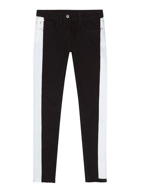 """<p>Tras el ajuste, viene el asentamiento e intentar que cada día sea único. Las bodas de algodón nos sugieren algo de ropa, como este pantalón con cinco bolsillos, en blanco y negro, de <a href=""""http://www.elcorteingles.es/tienda/moda/browse/subcategory_horiz_showCase.jsp?categoryId=999.1390910402&amp;productId=&amp;navAction=push&amp;navCount=0&amp;menu=left&amp;utm_source=elle&amp;utm_medium=contenedores&amp;utm_term=noticia&amp;utm_content=2014-05-27_shoppingbodas&amp;utm_campaign=acuerdo_bodasaniversarios"""" target=""""_blank""""><strong>Sandro</strong></a> (165 €).</p>"""