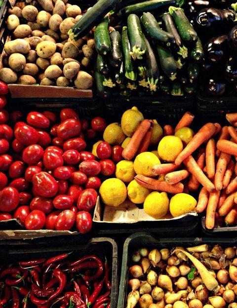 """<p><i>¿Qué tipo de sustancias nocivas pueden contener las frutas y verduras que comemos y qué efecto pueden producir en la salud?</i> Como explica Fraile, <strong>""""los alimentos sucios son los más contaminados de pesticidas, fertilizantes y otros químicos""""</strong>. Y entre los efectos para la salud, esta experta señala """"daños en nuestro sistema nervioso, reproductor e inmunológico, malformaciones en el nacimiento, <strong>dolores tipo musculares, articulares y cefaleas, cansancio</strong>, alergias y hasta cáncer"""".</p><p></p>"""