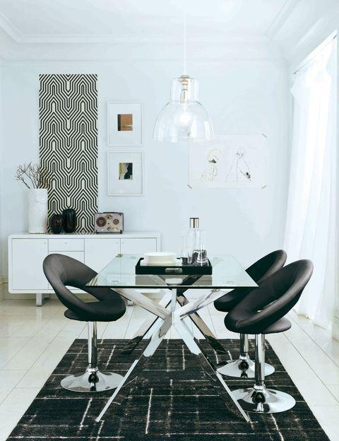 <p>El blanco y negro es una combinación que funciona si quieres crear un ambiente retro en tu hogar. Fíjate en los adornos psicodélicos de esta propuesta, en los detalles vintage y en los diseños clásicos revisitados.</p>