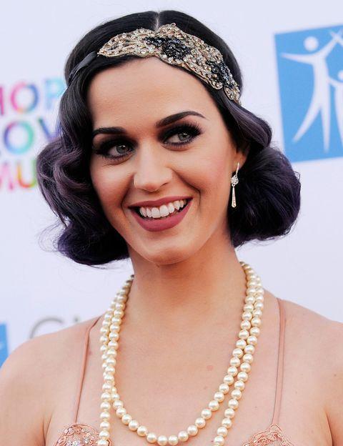 <p><strong>Katy Perry</strong> opta por un look al más puro estilo 'flapper', con perlas y diadema decorada sobre un bob con ondas. Nos encanta su maquillaje en tonos oscuros y labios mate. </p>