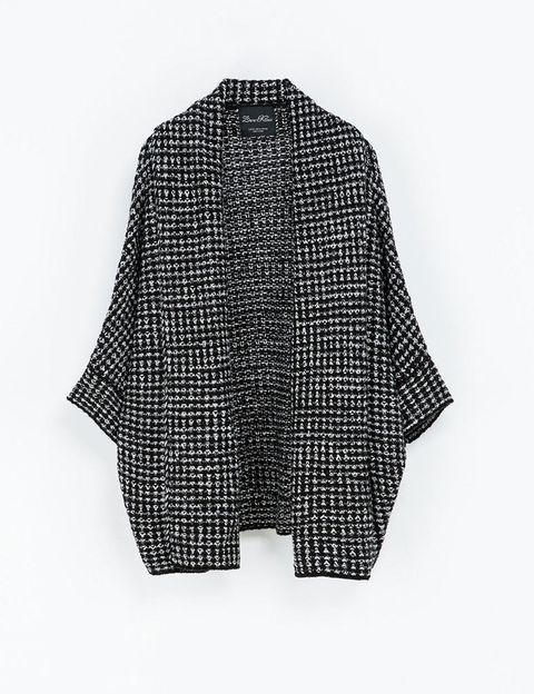 <p>Chaqueta con manga tres cuartos bicolor, de <strong>Zara</strong> (29,95 €).</p>