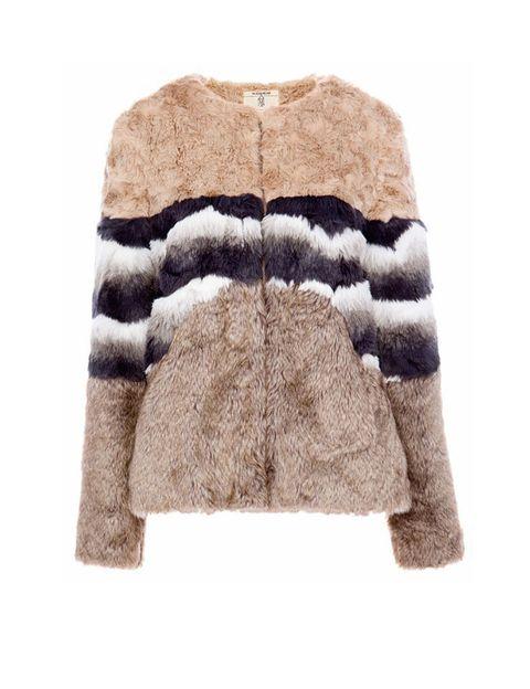 <p>Chaquetón de pelo en tres colores, perfecto para el frío más estiloso. Es de <strong>Pull&Bear</strong>, 49,99 €.</p>