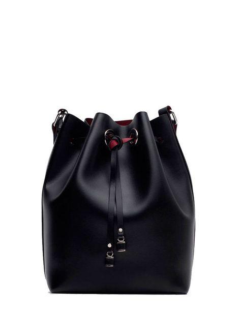 <p>Bolso estilo bombonera con el forro en color rojo de <strong>Zara,</strong> 9,99 € (antes 29,95 €).</p>