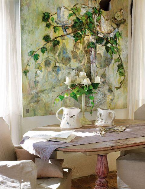 <p>Cuadro Un gran día (2011) de Pepa; jarras (y platos en la foto inferior) de cerámica de la colección Art Crockery.</p>