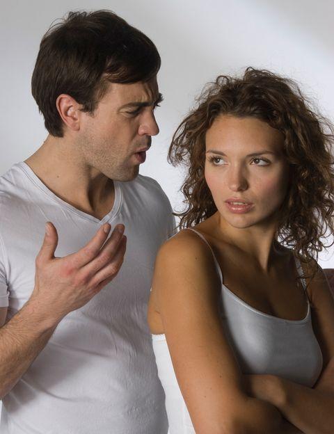 """<p>Según la encuesta realizada en la web <a href=""""/elle_admines/edicion/gallery/595206/Motivo%20número%201"""" target=""""_blank"""">Victoriamilan.es</a> para ellos lo más irritante es, con diferencia, <strong>las """"quejas constantes"""" de su pareja durante todo el día</strong> (28,48%). Respecto a las mujeres encuestadas, lo que más les saca de sus casillas es que ellos sean vagos (18,75%).</p><p>&nbsp;</p>"""