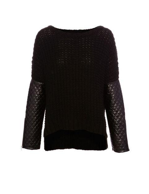 <p>Jersey negro con mangas de efecto piel, de&nbsp&#x3B;Pull&amp&#x3B;Bear, 25,99 €.</p>