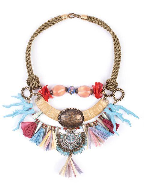 <p>Collar étnico con corales y borlas de<strong> Albazabal</strong> (156 €).</p>