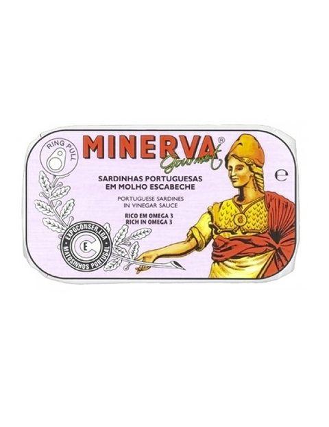 <p>La diosa griega de la sabiduría,&nbsp;<strong>Minerva,</strong> es la inspiración que en<strong> A Poveira</strong> utilizan para imprimir sus latas. Bajo el lema &quot;70 años de sabiduría&quot; clasifican esta marca (tienen seis más), una de las más frescas en cuanto a diseño. Las sardinas, la caballa, el atún y especialidades como patés o bacalao son sus <i>must delicatessen</i>.</p>