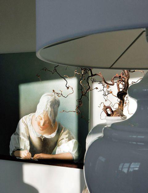 <p>De una obra de Mary Waters que reinterpreta a Vermeer.</p>