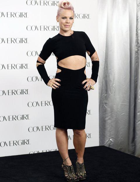 <p>Nos gustan los vestidos con cortes originales, pero este diseño en negro de <strong>Norma Kamali</strong> que luce <strong>Pink</strong> es demasiado. Salvamos sus sandalias con tachuelas doradas de <strong>Alexander McQueen</strong>.</p>