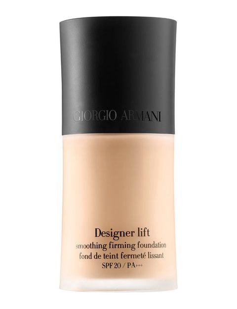 <p>'Designer Lift', base de maquillaje con nácar azul para potenciar la luminosidad. Su tecnología elástica proporciona un efecto tensor instantáneo. De <strong>Armani</strong>.</p>