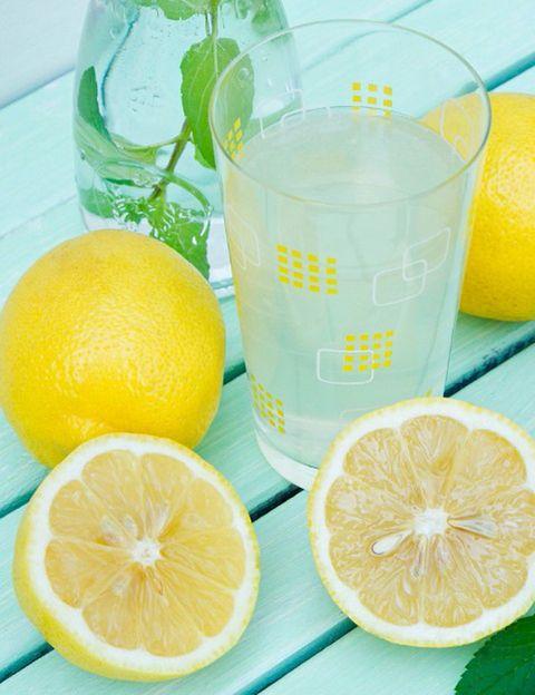 """<p>&nbsp;</p><p>Seguro que más de una vez habrás escuchado lo beneficioso que resulta tomar <strong>medio limón recién exprimido con agua tibia en ayunas.</strong> Y es cierto, se trata de un auténtico cóctel saludable, antiaging, alcalinizantes y estimulante para el sistema digestivo.<strong> Psst.</strong> Si tienes problemas de estreñimiento crónico, la doctora <strong>Irina Matveikova, autora de <i>""""Inteligencia digestiva""""</i>, recomienda tomar dos cucharadas de aceite de oliva con medio limón</strong> recién exprimido quince minutos antes del desayuno. Si tomas este remedio después de haber realizado una hidroterapia de colon, la limpieza y salud de tus intestinos mejorará notablemente.</p><p>&nbsp;</p>"""
