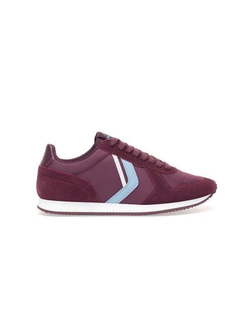 <p>Sneakers de color granate, <strong>de&nbsp;Pull&amp;Bear, 29,99 €.</strong></p>