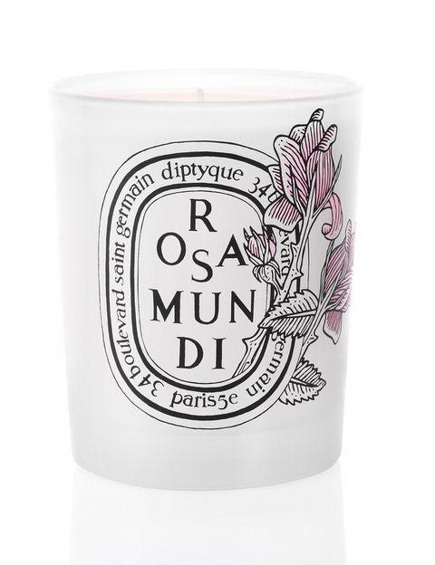 "<p>Vela Rosa Mundi, con aroma de rosa de Damasco y rosa de mayo. Edición limitada de 190 gr (50 €), de <a href=""http://www.elcorteingles.es/tienda/hogar/browse/subcategory_horiz_showCase.jsp?navAction=pop&amp;navCount=1&amp;id=999.1364298706&amp;categoryId=999.1364298706&amp;cm_mmc=elle%20_%20contenedores-_-acuerdo%20_%202014-01-27%20_%20hogar-_-noticia%20_%20deco-_-velas"" target=""_blank""><strong>Dyptique.</strong></a></p>"