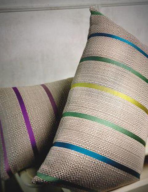 <p>El cojín Cuatri (30 x 50 cm, 30 €) es una opción decorativa natural y muy alegre.</p>