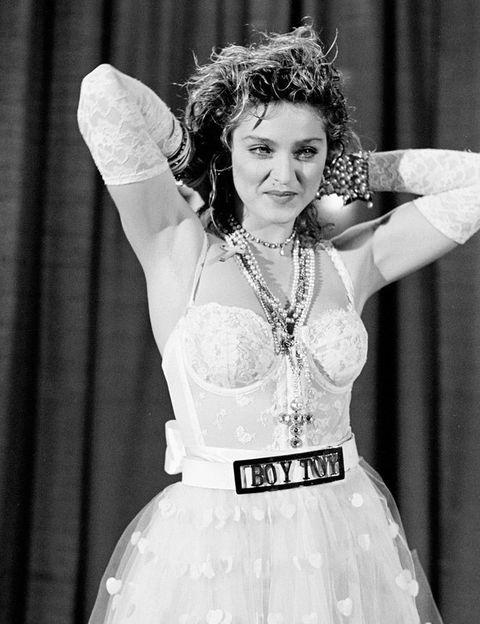<p>En los años 80 comienzan los cambios de 'look' de la cantante. No vacilaba en sorprender cada poco tiempo cambiando su estilo de peinado, desde corto y rubio platino a media melena oscuro. Esta foto corresponde a su primera gran aparición televisiva, en los premios MTV, con el mítico traje de novia con cinturón 'Toyboy' elegido para interpretar 'Like a Virgin'.</p>