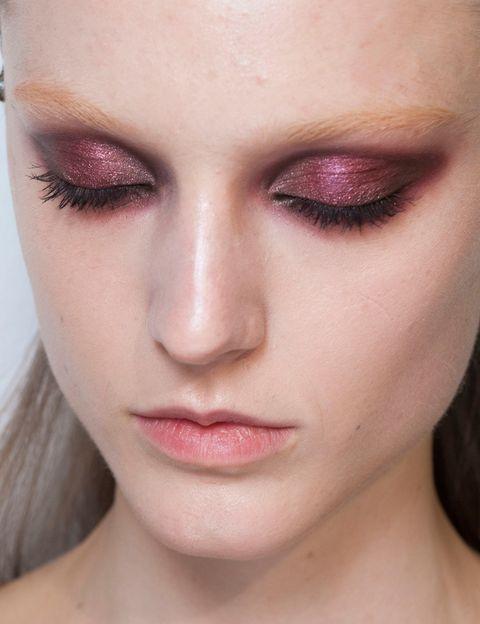 <p>La sombras de ojos metalizadas serán las protagonistas del otoño, ya sea en tonos plata, azules o violetas, como este look de <strong>Gucci</strong>.</p>