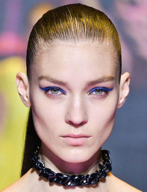 <p><strong>Versus</strong>, la segunda línea de Versace, apuesta por el delineado en azul klein y coleta alta tirante.</p>