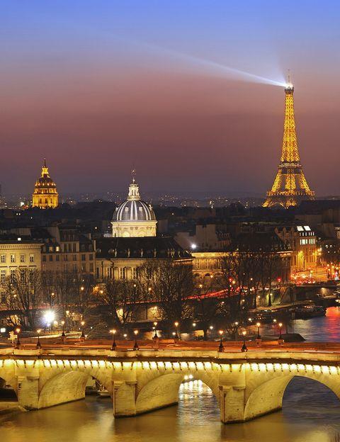 <p>Ya conoces la Torre Eiffel, el Louvre... pero seguro que estos otros lugares te sorprenden. El Museo de la Falsificación (16, rue de la Faisanderie) muestra imitaciones de obras de arte y objetos de todo tipo, desde perfumes a botellas de vino. Una zona a visitar si no la conoces ya son los pasajes cubiertos de la ciudad, toda una red de callejuelas tapadas por cristaleras en la zona del Palais Royal, que antaño servían para que los comerciantes mostraran su mercancía sin que estuviera a la intemperie. Y en el cementerio de Père Lachaise (16 Rue du Repos) podrás visitar las espectaculares sepulturas de personalidades como Edith Piaf, Oscar Wilde o Jim Morrison.</p>