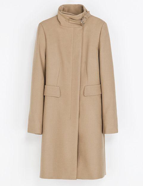 """<p>Con cuello alto adornado con una hebilla (99,95 €) de&nbsp;<a href=""""http://www.zara.com/es/es/mujer/abrigos/abrigo-cuello-hebilla-c269183p1568531.html"""" target=""""_blank"""">Zara</a>.</p>"""
