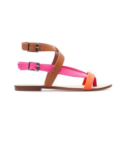 <p>Sandalias tobilleras tricolor,<strong> de Zara, 19,95 €.</strong></p>