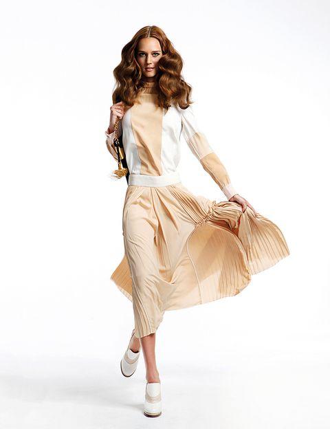 <p>Falda plisada y zapatos de <strong>Chloé</strong>. Bolso de piel de<strong> Gucci.</strong></p>