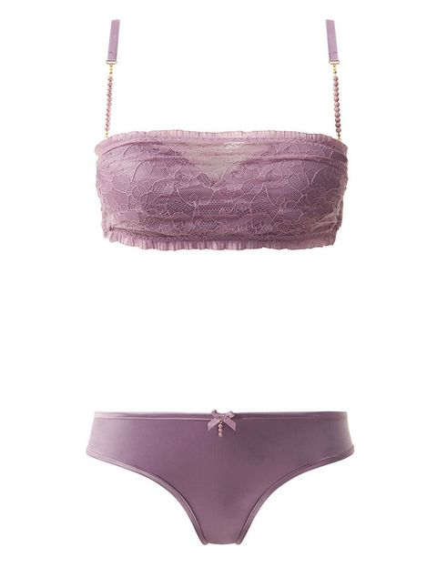 <p>Con forma de 'bandeau' en el top, en tono rosa empolvado, fino encaje y con detalles de mini perlas en los tirantes, ésta es una de las piezas más románticas de la colección.</p>