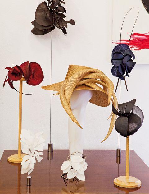 <p>Algunos de los esculturales tocados y sombreros que crea Mabel.</p>
