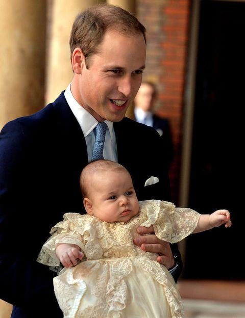<p>Una imagen que nos inspira mucha ternura, el príncipe Guillermo feliz con su hijo, el príncipe George, en brazos en un día tan importante para ellos y para toda la Familia real Inglesa.</p>