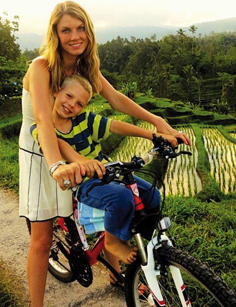 """<p>La supermodelo americana es una de las grandes embajadoras de los hábitos ecoconscientes.</p><p><strong>¿Cuándo empezaste a colaborar con una ONG?</strong> <br />Al ser madre, me di cuenta de todas las cosas a las que nuestros hijos se exponen a diario. Empecé a trabajar con Healthy Child Healthy World (<a href=""""http://www.healthychild.org"""" target=""""_blank"""">www.healthychild.org</a>), que tiene como misión ayudar a que los padres puedan proteger a los niños del contacto con sustancias químicas dañinas.</p><p><strong>¿Cómo los ayudas?</strong><br />He trabajado con NRDC (Natural Resources Defense Council) para reducir la contaminación en la industrial textil y con Rockland Farm Alliance para promover la agricultura local orgánica.</p><p><strong>¿Qué causa te preocupa?</strong><br />Restringir la producciónde residuos industriales.</p>"""