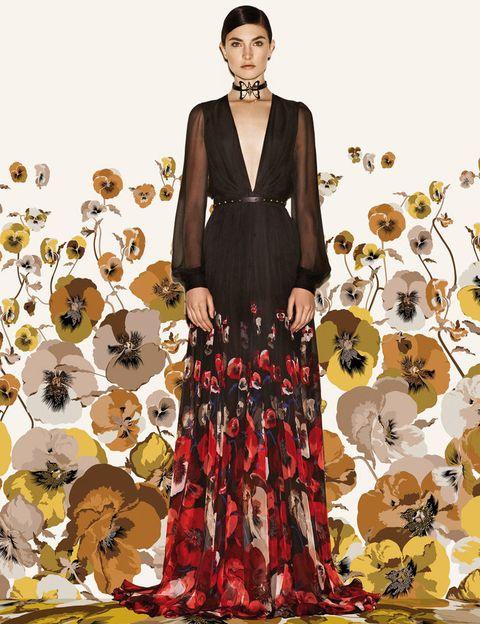 <p>Los aires bohemios soplan fuerte con largos vestidos de flores, chalecos de piel y botas country. En la imagen, idílico vestido de<strong> Gucci</strong> con transparencias, escote profundo en pico y con flower print en la parte inferior.</p>