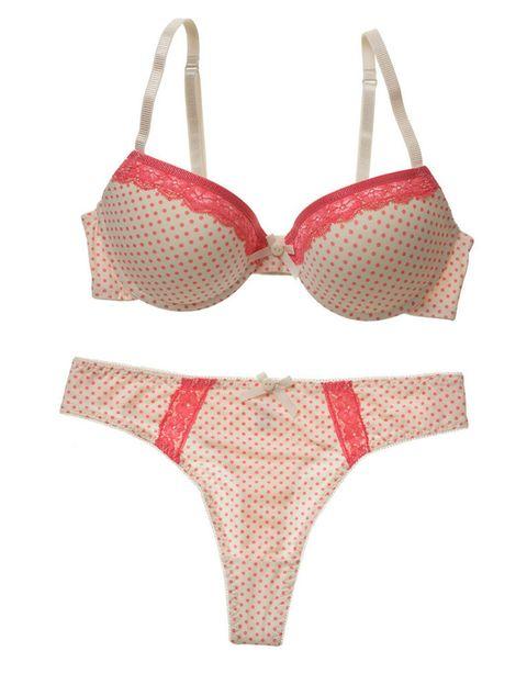 <p>Con un fondo blanco roto y pequeños topos en color rosa, la puntilla aporta el toque de luz a este conjunto de tanga y sujetador válido para todas.</p>