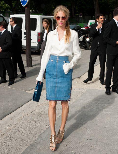 <p><strong>Poppy Delevingne</strong> deslumbró en la pasada Paris Fashion Week con un <i>look</i> que demuestra lo sencillo que es lucir bien una falda lápiz. Camisa blanca de puños XL, falda tubo vaquera, cartera negra (la que luce ella es de Chanel) y sandalias doradas. El peinado, informal pero <i>cool.</i> </p>