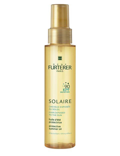 <p>El sol es el mayor enemigo del cabello. Aunque es cierto que a dosis razonables proporciona unos bonitos reflejos que iluminan el cabello, la sobreexposición junto el contacto continuo con el cloro, el salitre y el viento, hacen que se altere el film hidrolipídico protector del cabello.</p><p>Solución: Hazte con un protector solar capilar con índice KPF, que equivale a una protección del 90% de la queratina del cabello y que sea resistente al agua, como el Aceite Solar Protector KPF (14,90 €), de René Furterer. </p>