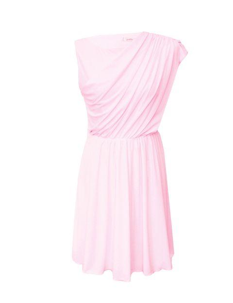 <p>El rosa siempre favorece, y más en un vestuido de corte elegante y drpaeados, <strong>de&nbsp;Poète.</strong></p>