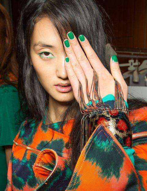 <p>Verde, amarillo, rojo, naranja... aprovecha el verano para experimentar con los colores más llamativos de la paleta. <strong>Kenzo</strong> propone esta manicura en verde esmeralda.</p>