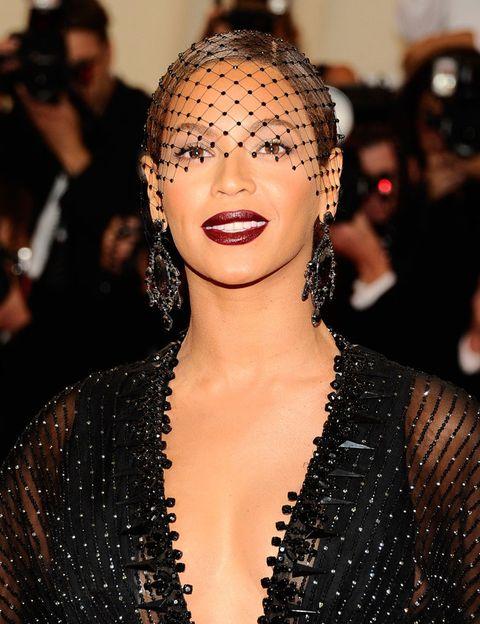 <p>La diva del pop hace suyo este estilo vampírico con una <strong>boca granate oscura</strong> muy bien perfilada con <strong>textura 'glossy'</strong>.</p><p>Puedes conseguir ese efecto eligiendo la barra con el tono que quieras y aplicando <strong>un toque de brillo transparente</strong> en el centro del labio extendiéndolo, luego, hacia los laterales.</p><p>Beyoncé luce una coleta pulida con raya en medio provocando que sus labios destaquen por encima de todo el 'look'.</p>
