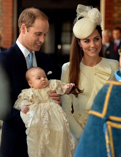 <p>La familia al completo en un momento del bautizo del pequeño George. Kate Middleton, muy elegante, ha vuelto a confiar en Alexander McQueen con un vestido en color crema y tocado a juego. El encargado de tomar las fotografías ha sido Jason Bell, conocido por sus trabajos en el mundo de la moda y las 'celebrities'.</p>