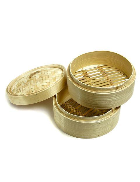 """<p>Para quien no lo conozca, es todo un descubrimiento: la <strong>vaporera de bambú</strong>. Se trata de un utensilio de cocina hecho con ese material y formado por dos bandejas con el que conseguirás hacer platos al vapor en 15 minutos... y sin manchar.</p><p>Lo único que necesitas es una perola donde pondrás a hervir el agua. Sobre ella, colocarás la vaporera por lo que es importante que ambos tengan un diámetro compatible. <strong>Un plus:</strong> al tener dos &quot&#x3B;pisos&quot&#x3B; podrás cocinar varios platos al mismo tiempo. En la bandeja de abajo debes poner los vegetales más duros (champiñones, judías, patatas...) mientras que en la de arriba los más blandos además de la proteína (pescado o carne).</p><p>La puedes comprar en cualquier tiena especializada y también vía&nbsp&#x3B;<a href=""""http://www.amazon.es/s/?ie=UTF8&amp&#x3B;keywords=vaporera+de+bambC3862A&amp&#x3B;tag=hydes-21&amp&#x3B;index=aps&amp&#x3B;hvadid=53702836049&amp&#x3B;hvpos=1t1&amp&#x3B;hvexid=&amp&#x3B;hvnetw=g&amp&#x3B;hvrand=3437524529576112444&amp&#x3B;hvpone=&amp&#x3B;hvptwo=&amp&#x3B;hvqmt=e&amp&#x3B;hvdev=c&amp&#x3B;ref=pd_sl_8v8zmh1ghy_e"""" target=""""_blank"""">online</a>.</p>"""